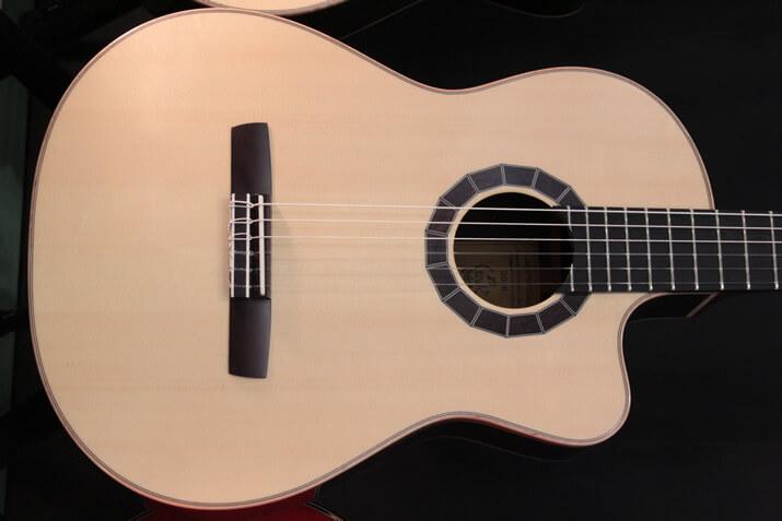 Crewsガットギター