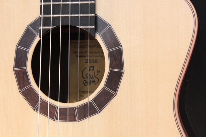 Crewsガットギターのサウンドホール
