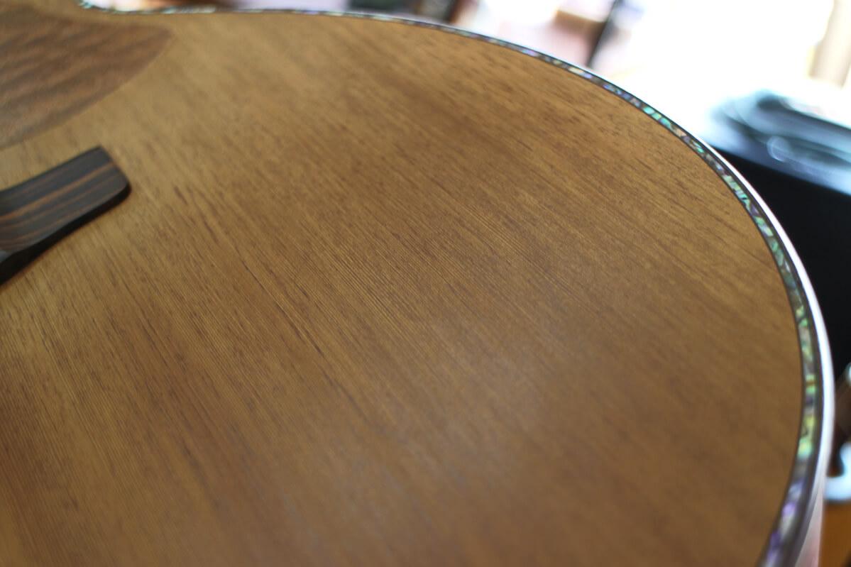 屋久杉で作られたギターのトップ